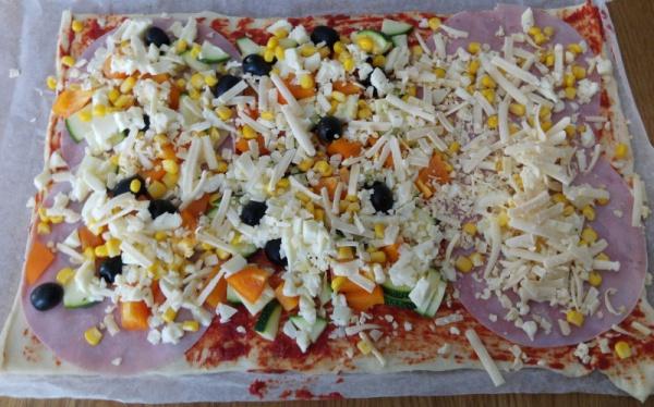 Pizza-Belag-Schinken-Käse-Mozarella-Oliven-Rezept-teig-münster-Familienessen-backen-Kinder