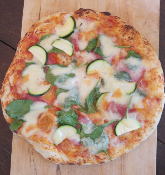 [gekocht] Es gibt Pizza, Baby! – Unser Hefeteig Rezept für den Partyfood Klassiker