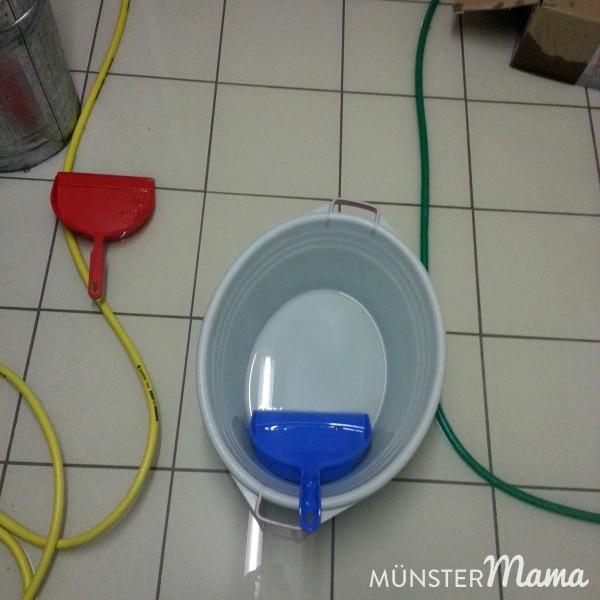 Mit Kehrblech und Wäschewanne den Keller leeren
