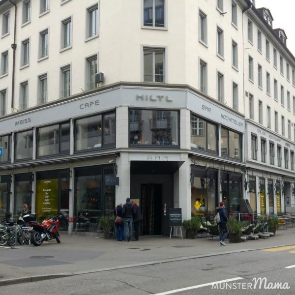 Das Hiltl ist nur 5 Minuten von der Bahnhofstraße entfernt und bietet unten To-Go und oben einen wunderbaren Restaurant Service mit leckerstem Buffet.