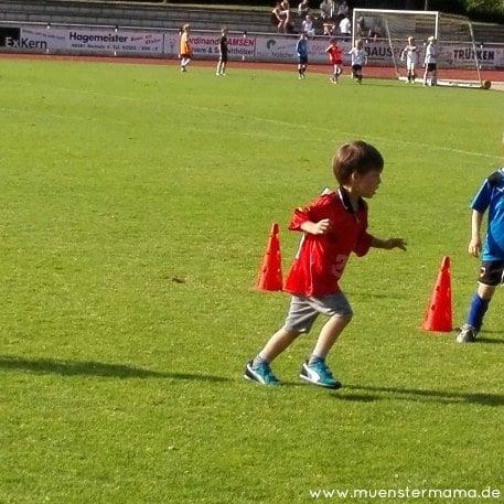 Der kleine Münsteraner im Podolski Trikot. Er blüht total auf beim Sport, dass begeistert auch uns!