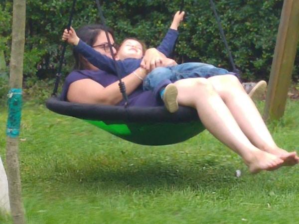 Mama und Kind auf Schaukel - WeekendLove