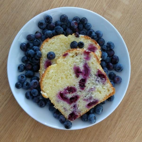 Blaubeeren vom Feld im Blaubeer-Kuchen