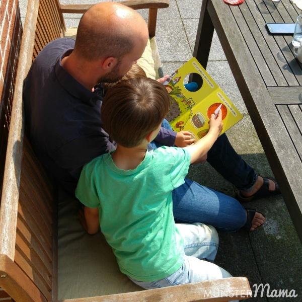 Uhr lernen mit Buch und analoger Kinderuhr