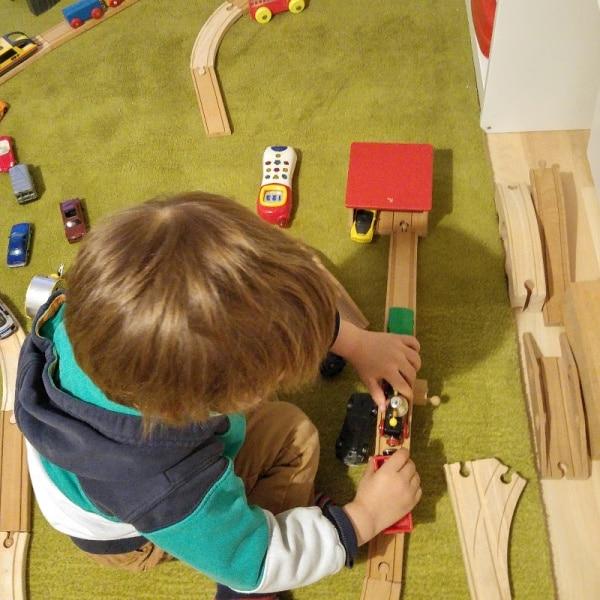 Eisenbahn-Lokomotive-spielen-Kinderzimmer-Ordnung-Aufräumen-Kondo-münstermama