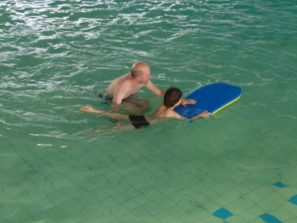 Schwimmen-lernen-Schwimmkurs-Vater-Sohn-Kinder-Münster-Sport-Eltern-Erziehung-Familie-Münsterland