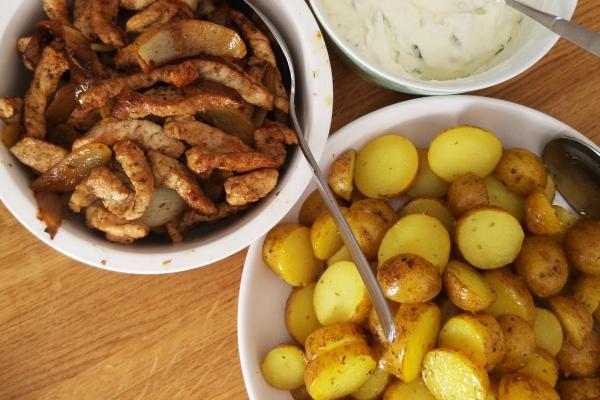 Schnelle Gyros-Pfanne mit Oregano Kartoffeln aus dem Ofen und einfachem Tsatsiki – Ein Gesundes Griechisches Familienessen
