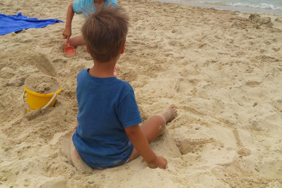 Buddeln im Sand-Santa Ponsa- Mallorca-Badia de Palma-Familienurlaub-Münstermama