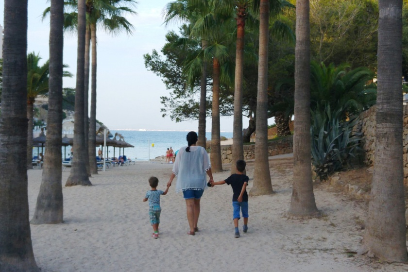 Cala Vinyes-Vinas-Palma de Mallorca-Beachbar-Palmtrees-Mallorca mit Kindern-Familienurlaub-Münstermama