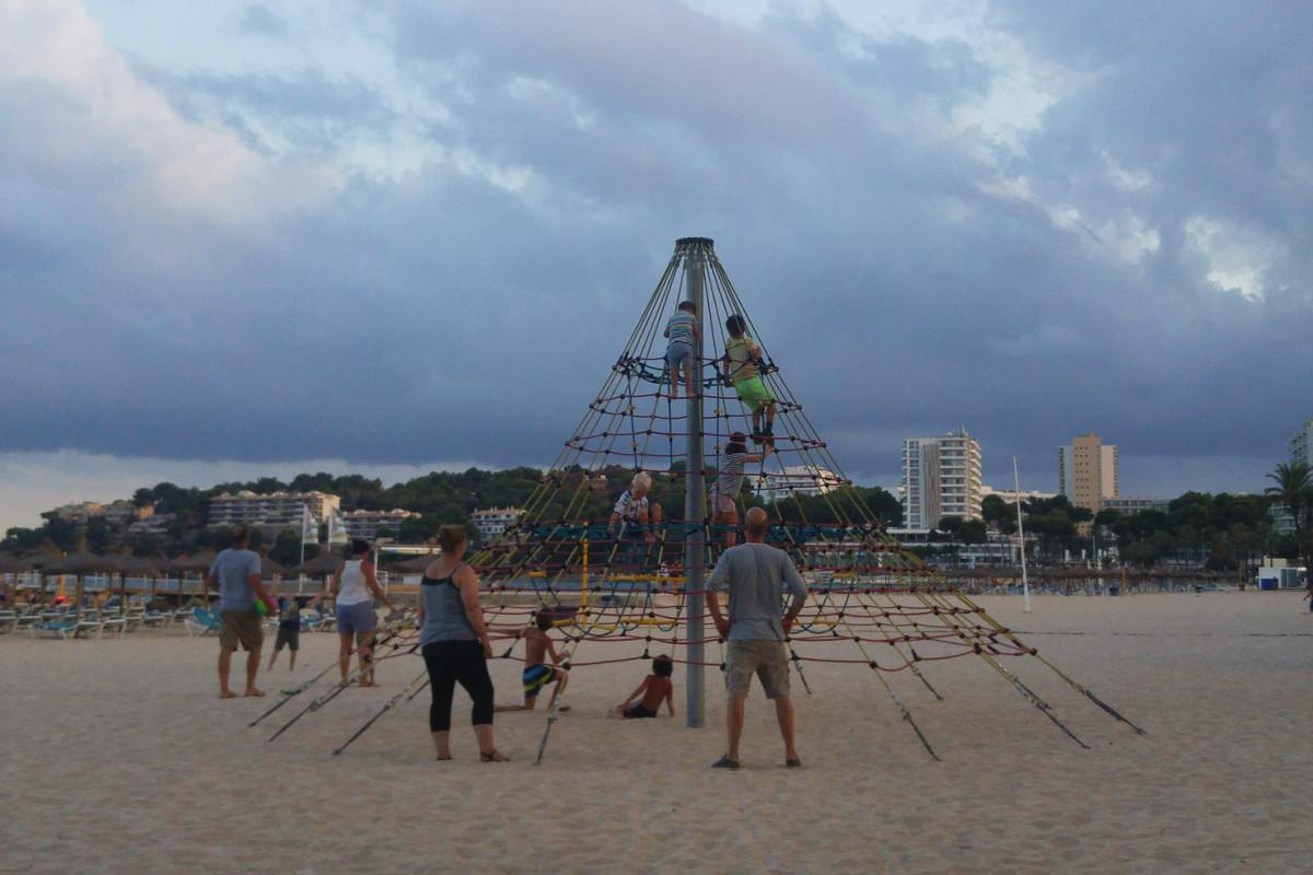 Magaluf-Spielplatz-Hafen-Strand-Kletterturm-Mallorca-Familienurlaub