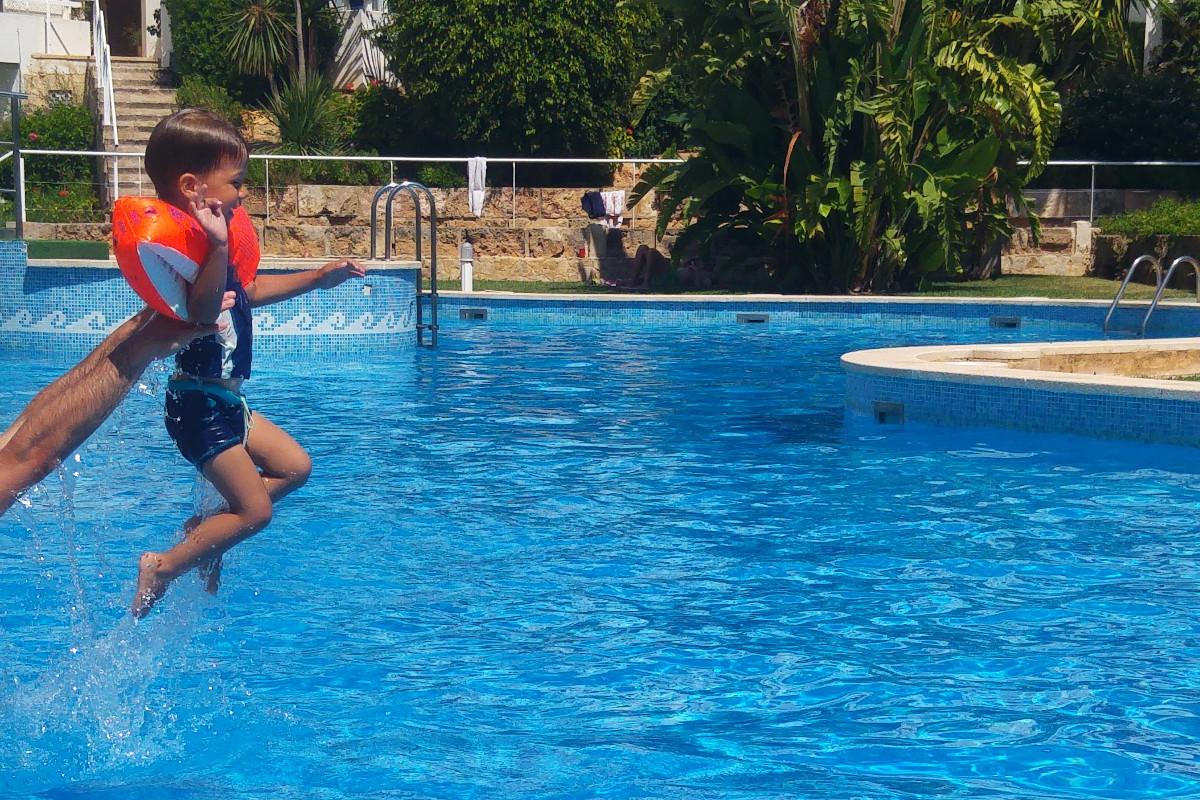 Pool-Sommer-Cala Vinyas-Urlaub mit Kind-Familienurlaub-Travelblog-Münstermama-Palma de Mallorca