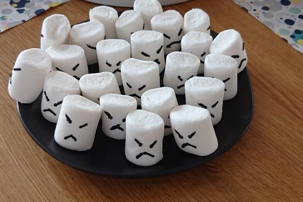 Stormtrooper Sturmtruppler aus Marshmallows mit schwarzer Zuckerschrift