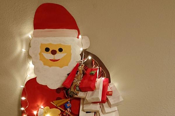 Immerwährende Adventskalender beleuchtet mit bunt verpackten Päckchen