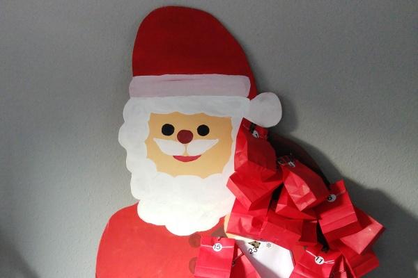 Immerwährende Adventskalender mit neuen Tütchen als Nikolausfigur aus Sperrholz gesägt und im Advent aufgestellt