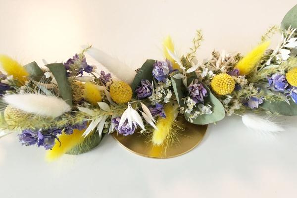 Trockenblumen Kranz in Gelb und Lila an goldenem Metallring zum Stellen Ostern