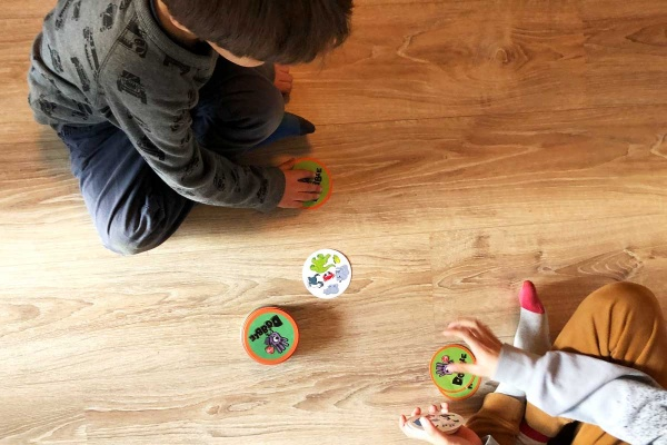 Spiele und Spielzeug Empfehlungen hier mit Dobble Kartenspiel für Kinder