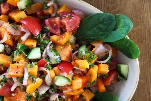 Orientalischer Süßkartoffelsalat mit Süßkartoffeln, Paprika, Tomate, Sumach, Kreuzkümmel, Blattspinat und Gurke zum Grillen
