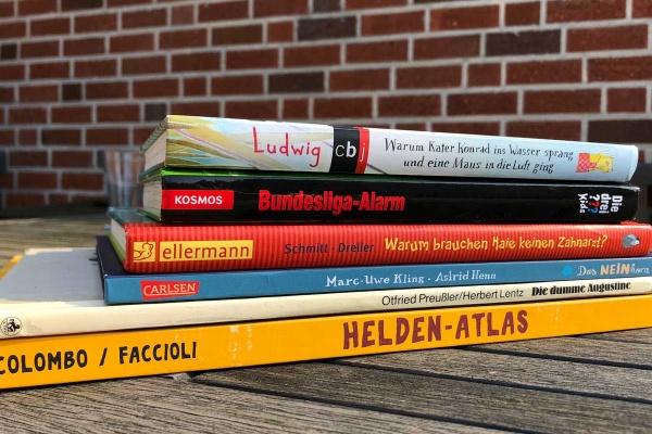 Kinderbücher gestapelt zum Lesen