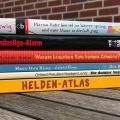 Lesen oder Vorlesen Bücher gestapelt auf dem Tisch für StayatHomereadaBook