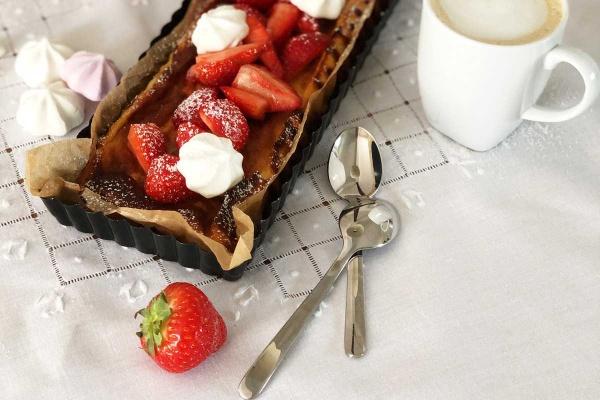 Quark-Keks-Kuchen-Kaffee-Teelöffel-Baiser-Erdbeeren-Weiße-Tischdecke-Münstermama