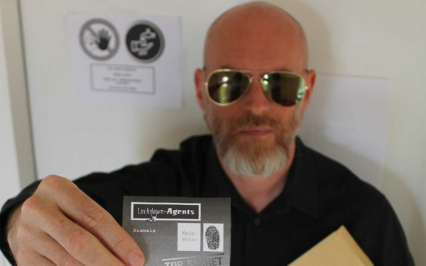 THiLO mit dem Agentenausweis aus seinem Escape Spiel Lockdown Agents