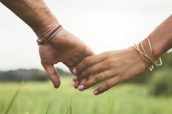 Hände die sich berühren, ganz  locker als Symbol für zwanglose Liebe